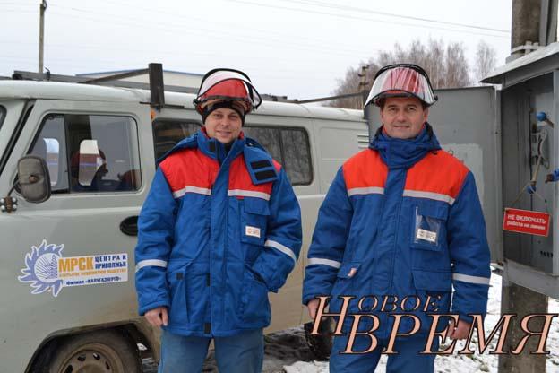 Двенадцать лет работают в оперативно-выездной бригаде Кондровского РЭС электромонтёр С.А.ЖАЖИН (справа) и водитель Р.А.СЛИНКИН.
