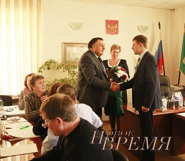 Глава города Кондрово А.Ф.Катеринчук поздравляет вновь избранного мэра.