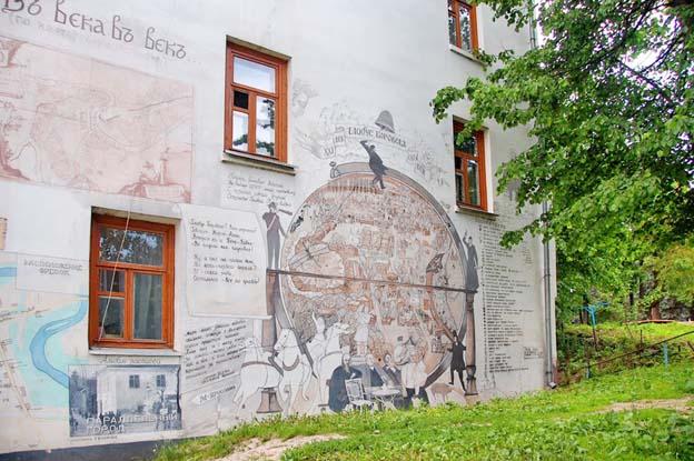 «Глобус Боровска». С этого места туристы обычно начинают осмотр настенных картин В.Овчинникова.