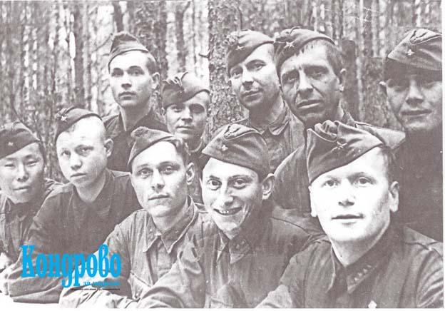 До последнего времени не было уверенности в том, что один из солдат на верхнем снимке – Спиридон Степанович Шадрин. И только после того, как поисковики из Оренбургской области прислали свою фотографию, можно утверждать, что на снимке действительно он.