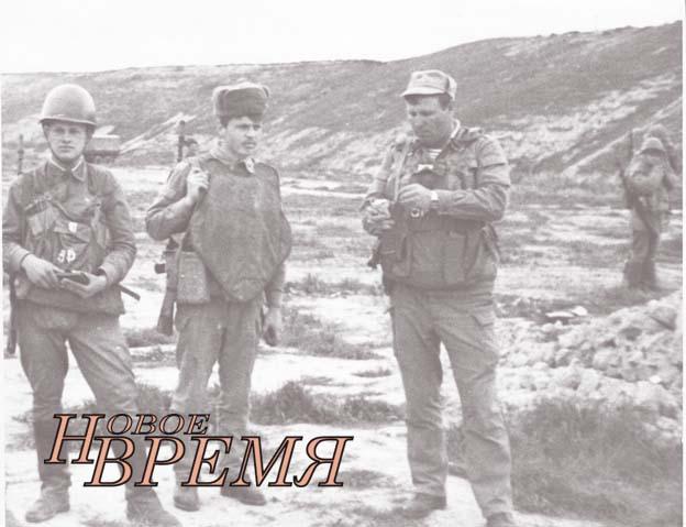 1987 год. Кундуз. Командир роты связи А.В.Самохин (справа) со своими солдатами.