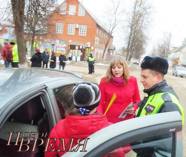 Вечером акция продолжилась на улицах Товаркова. Организаторы раздавали юным пешеходам фликеры и обучающие буклеты.