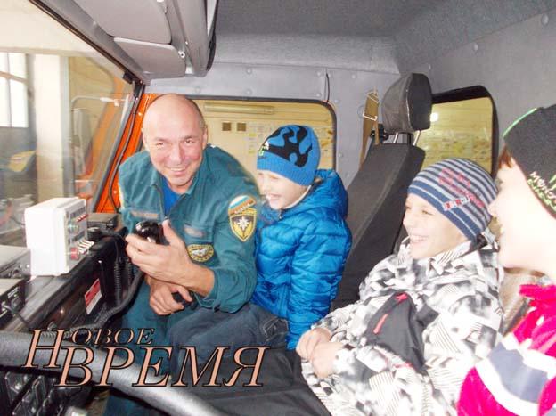 В кабине пожарной автолестницы ребята с интересом слушают рассказ водителя В.В.Криушкина.