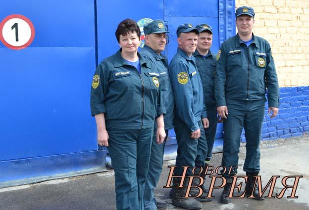 Начальник пожарной части О.К.Карнюхина и дежурный караул.