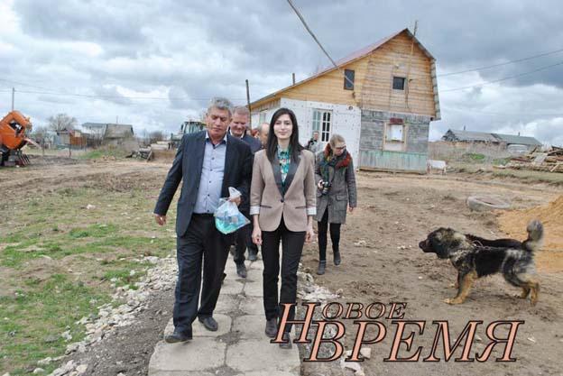 Роза и Акоп Симонян тепло встретили гостей из министерства и районного отдела сельского хозяйства, провели экскурсию по своей ферме.