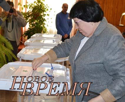 В Дзержинском районе в день выборов побывала  министр финансов Калужской области Валентина Авдеева – куратор нашего района. Она проголосовала в Кондровской средней школе №1 по открепительному удостоверению.