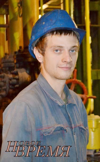 Молодой специалист – слесарь, занятый на ремонте оборудования, В.Д.Шугаев в котлотурбинном цехе.